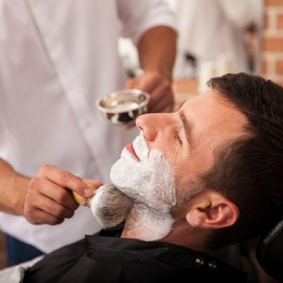 Le rasage à l'ancienne chez le barbier, le soin vintage et tendance